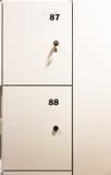 Armarios cerrados del metal en vestuario con números en puerta principal Foto de archivo