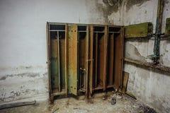 Armarios de almacenamiento oxidados viejos en refugio de bomba abandonado fotografía de archivo libre de regalías