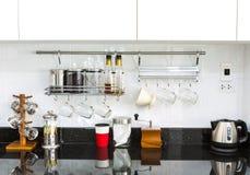 Armarios de cocina con la esquina del café en sala de estar casera moderna Foto de archivo