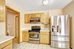 Armarios de cocina con los dispositivos de acero Foto de archivo libre de regalías