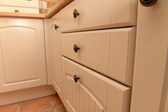 Armarios de cocina y cajones blancos Fotos de archivo libres de regalías