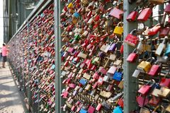 Armarios del amor en el puente de Hohenzollern fotos de archivo