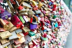 Armarios del amor en el puente de Hohenzollern en Colonia Fotos de archivo