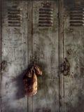 Armarios del trabajo del mono de grasa en la tienda de un mecánico