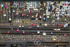 Armarios en el puente de Hohenzollern fotografía de archivo