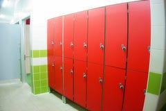 Armarios rojos del armario del vestuario Fotos de archivo libres de regalías