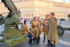 Armas antiaéreas do soldado do grupo de arma no uniforme militar no D Imagem de Stock Royalty Free