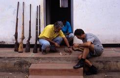 Armas capturados de los cazadores furtivos en Mozambique. Fotografía de archivo libre de regalías