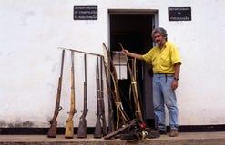 Armas capturados de los cazadores furtivos en Mozambique. Foto de archivo