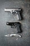 Armas de mano y cuchillo ofensivo fotos de archivo libres de regalías