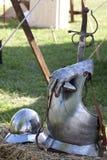 Armas e armaduras do renascimento no gramado da grama. imagem de stock royalty free