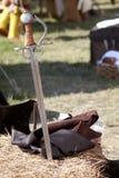 Armas e armaduras: a espada na palha. imagens de stock royalty free