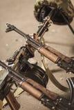 Armas e capacete do exército imagem de stock royalty free