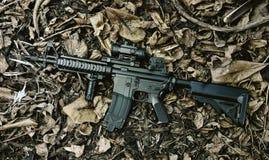 Armas e equipamento militar para o exército, arma M4A1 da espingarda de assalto fotografia de stock