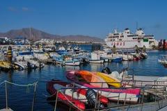 Armas, el transbordador entre Lanzarote y Fuerteventura en el puerto del Blanca de Playa imagenes de archivo