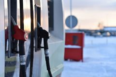 Armas em um posto de gasolina do inverno foto de stock royalty free