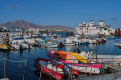 Armas, le ferry entre Lanzarote et Fuerteventura dans le port du Blanca de Playa images stock