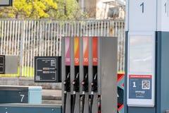 Armas para reaprovisionar el coche de combustible con gasolina Introduzca su coche imágenes de archivo libres de regalías