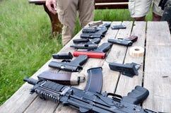 Armas portátiles en la tabla Fotos de archivo