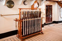 Armas que saludan en Amerigo Vespucci Sailboat imagen de archivo libre de regalías