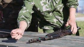 Armas rusas: el modelo de la ametralladora soviética almacen de metraje de vídeo