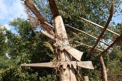 Armas simuladas en la entrada al pueblo de la tribu de Akha en Laos Imagenes de archivo