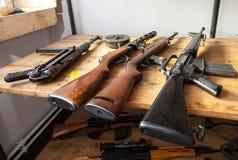 Armas viejas de la Segunda Guerra Mundial en una tabla Foto de archivo