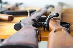 Armas viejas del mosquetón en una tabla Foto de archivo libre de regalías