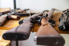Armas viejas del mosquetón en una tabla Imagenes de archivo