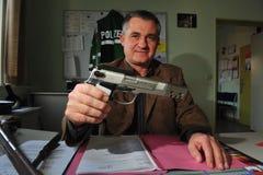Armas y munición confiscados imagenes de archivo