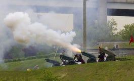 Armatni ogień solute USA statki wojenni podczas parady statki przy flota tygodniem 2014 Obrazy Royalty Free