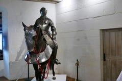Armatura del cavallo e del cavaliere in castello medievale immagine stock libera da diritti