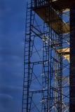 Armatura della costruzione contro il cielo di notte Immagine Stock