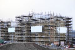 Armatura intorno a costruzione di edificio residenziale Fotografie Stock Libere da Diritti