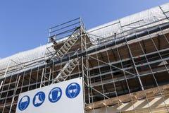 Armatura sotto cielo blu sulla funzione degli alloggi nuovi nel basso Immagini Stock Libere da Diritti