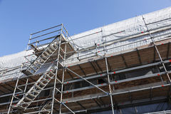 Armatura sotto cielo blu sulla funzione degli alloggi nuovi nel basso Fotografia Stock Libera da Diritti
