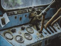 Armaturenbrett des alten Retro- Traktorabschlusses oben Stockbilder