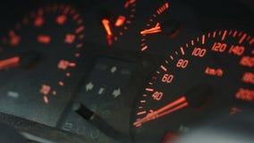 Armaturenbrett eines Autos im Moment des Anfangs stock video