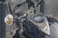Armaturenbrett- und Gasbehälter einer klassischen Motorradnahaufnahme Stockbilder