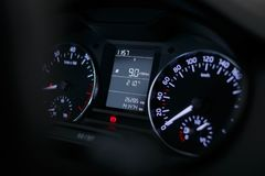 Armaturenbrettauto mit einem schönen weißen Licht stockbild