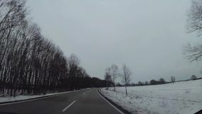 Armaturenbrettkamera im Auto, Schnee auf Landstraße stock video