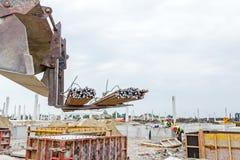 Armaturnstangenlieferung an der Baustelle Sammelpacks auf hölzerner Palette auf einem weißen Hintergrund stockfoto