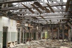 Armazém abandonado interior, seguindo o tiro Imagens de Stock Royalty Free