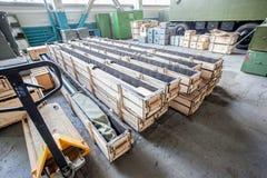 Armazém com as caixas de madeira na fábrica Fotos de Stock Royalty Free