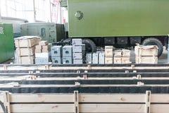 Armazém com as caixas de madeira na fábrica Fotografia de Stock Royalty Free
