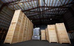 Armazém com caixas, recipiente, loja, pálete, estoque imagem de stock royalty free