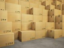 Armazém com a pilha de caixas de cartão Fotografia de Stock Royalty Free