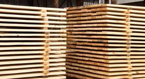 Armazém da madeira serrada dos produto acabados para o close-up da construção fotos de stock