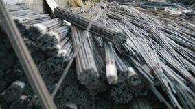Armazém de núcleos da fibra de vidro nas hastes - produção pronta no central química vídeos de arquivo