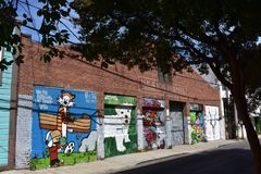 Armazém do tijolo vermelho de San Francisco da rua de Langton com pinturas murais, 2 foto de stock